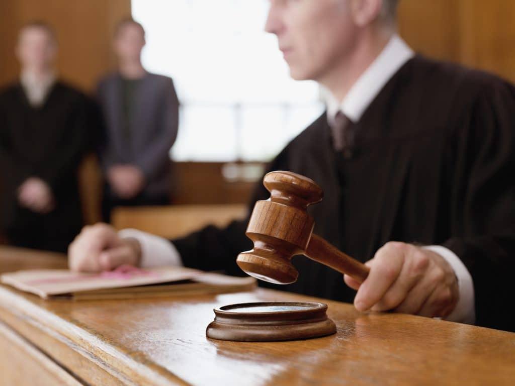 תמונה של שופט מכה בפטיש