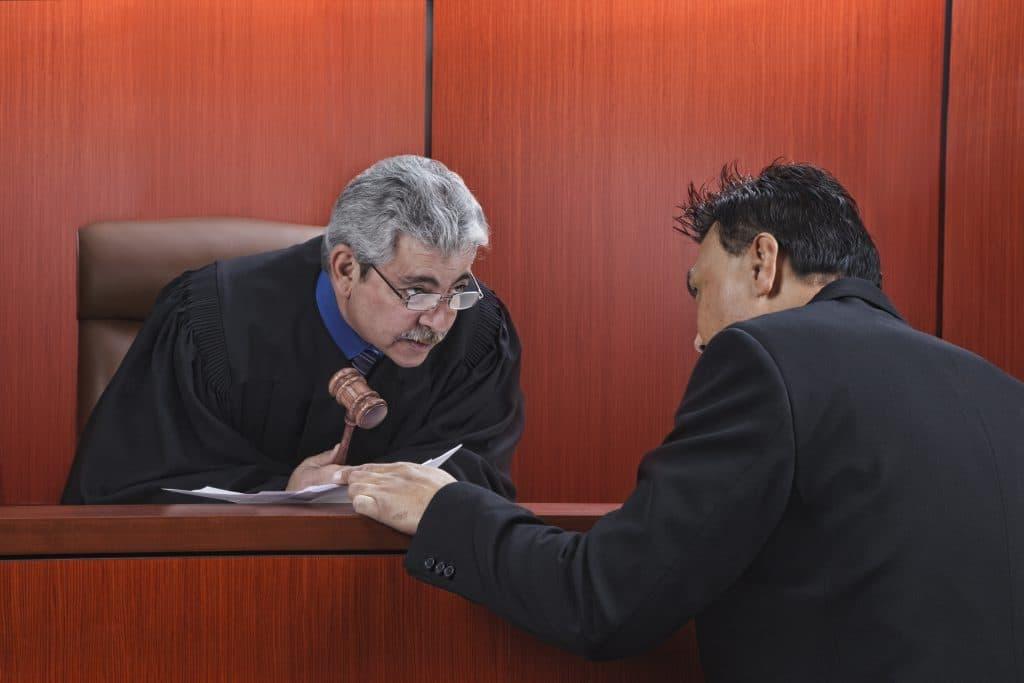 תמונת אילוסטרציה של שופט עם עורך דין באולם בית המשפט