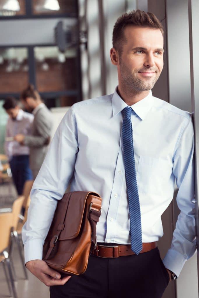 תמונה של עורך דין עם מזוודה ביד