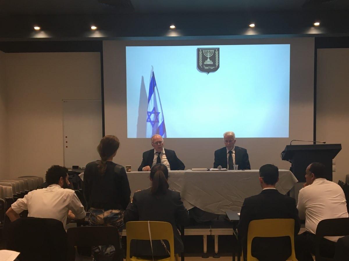 תמונה מתוך דיון אימוני בבית המשפט שנערך במסגרת הקורס לעורכי דין בנוכחות השופטים צבי סגל ומשה דרורי